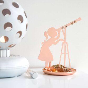 Meisje met telescoop sieradenhouder koper