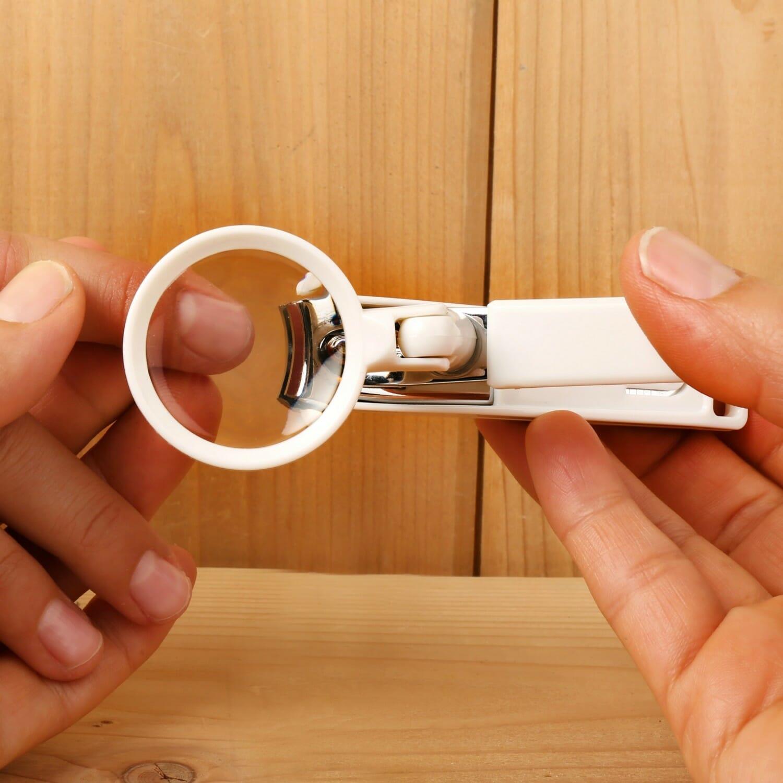 Nagelknipper Met Vergrootglas
