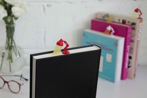 Boekenlegger lamp rood in boek