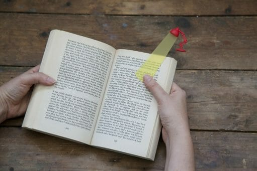 Boekenlegger lamp rood met open boek